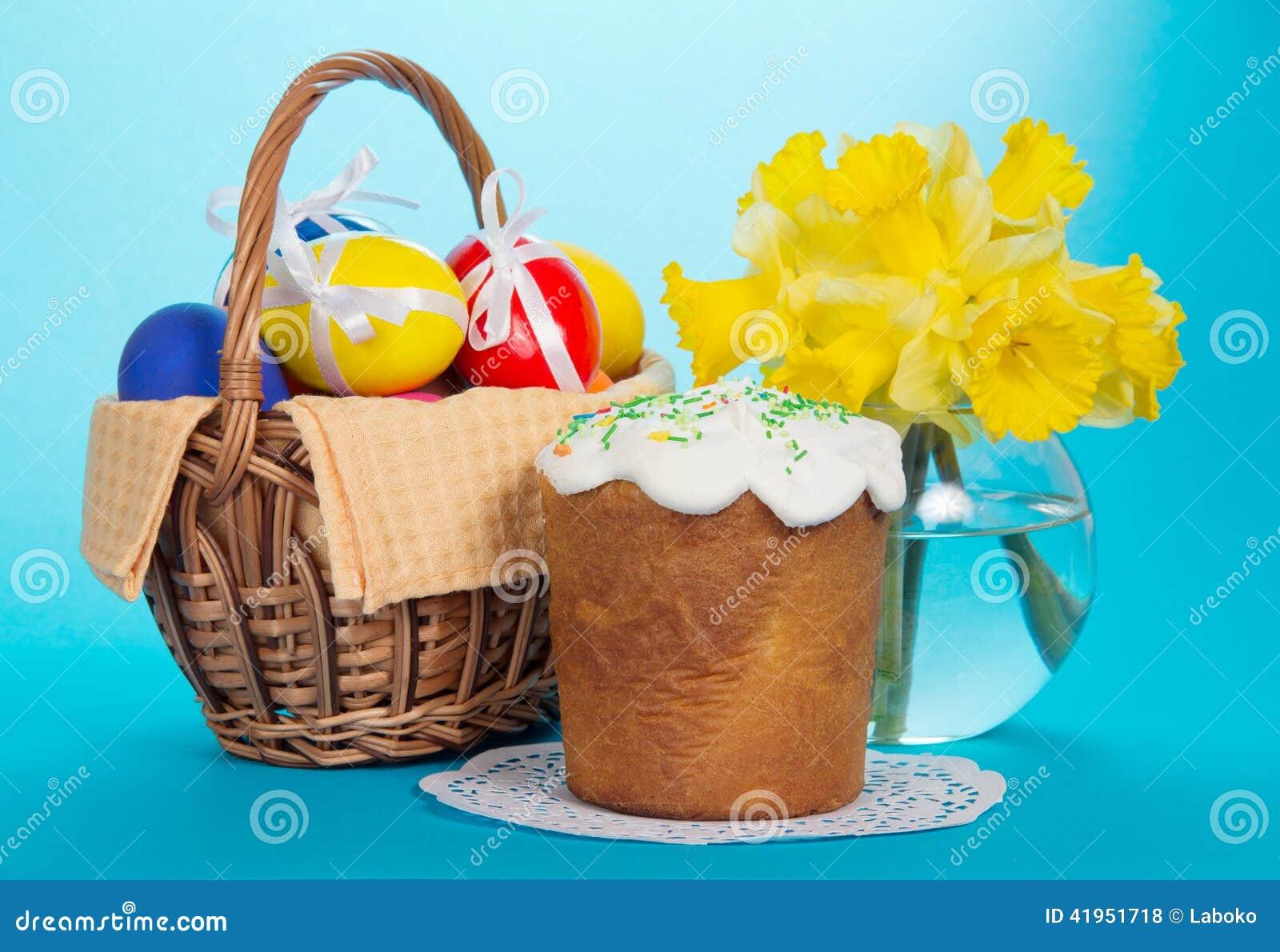 Jajka w koszu, wielkanoc torcie i wazie,
