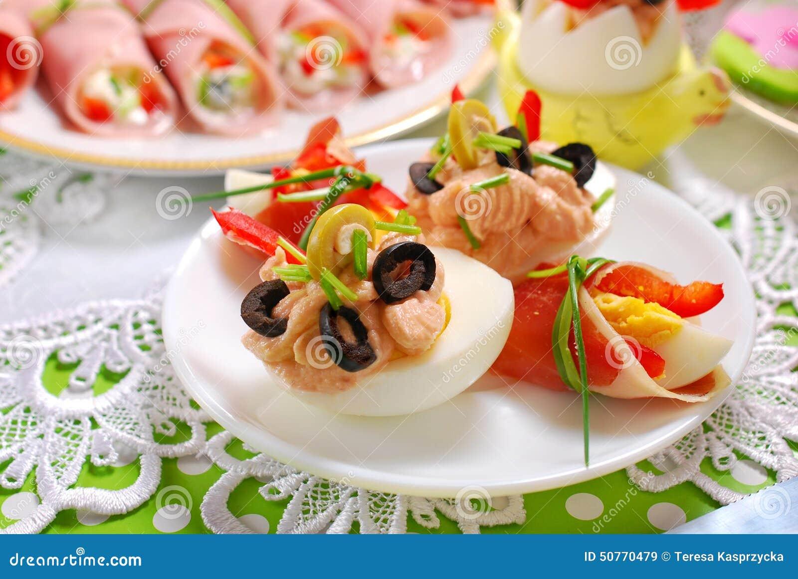 Jajka z tuńczykiem rozprzestrzeniającym i oliwkami dla Easter śniadania
