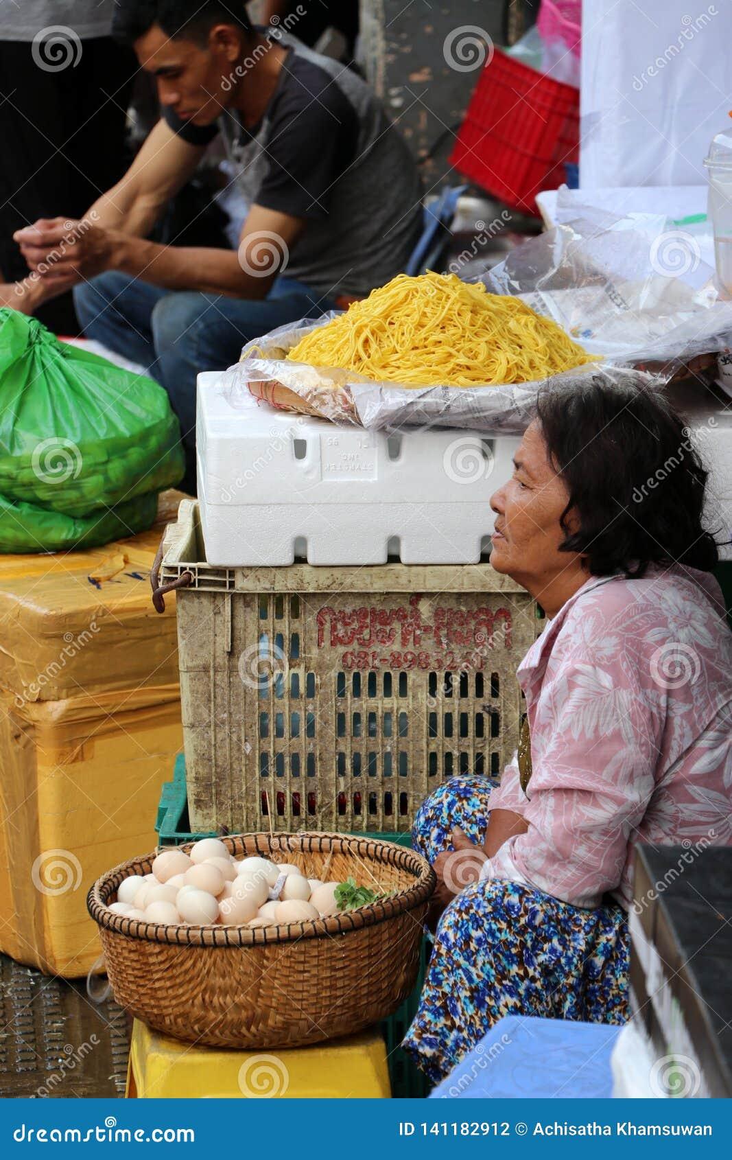 Jajko sprzedawca przy Środkowym rynkiem, ampuła rynek z niezliczonymi kramami towary