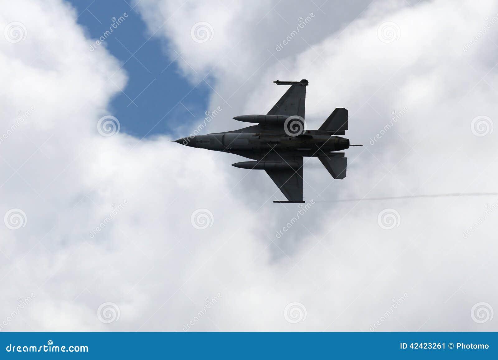 Jaktflygplan F16 över moln