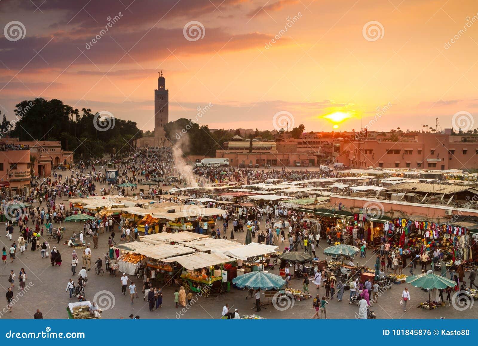 Jamaa el Fna marknadsfyrkant i solnedgång, Marrakesh, Marocko, Nordafrika