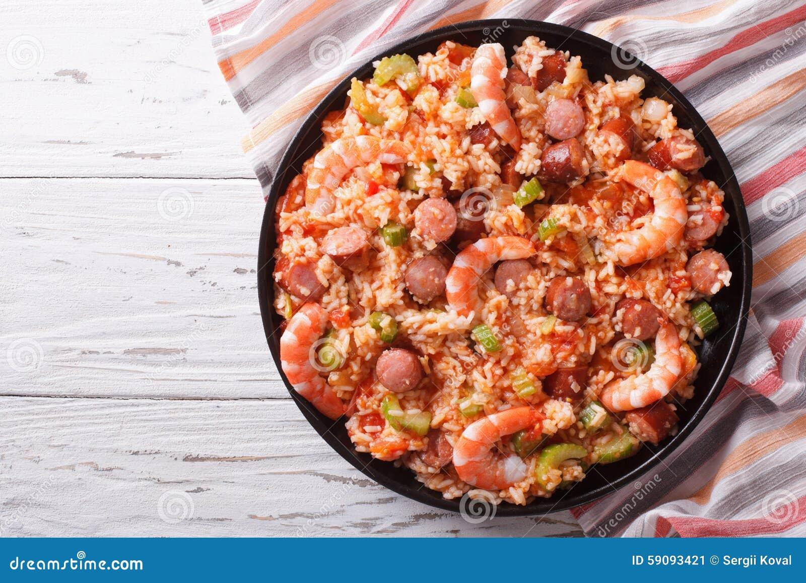 Jambalaya créole avec la crevette et la saucisse vue supérieure horizontale