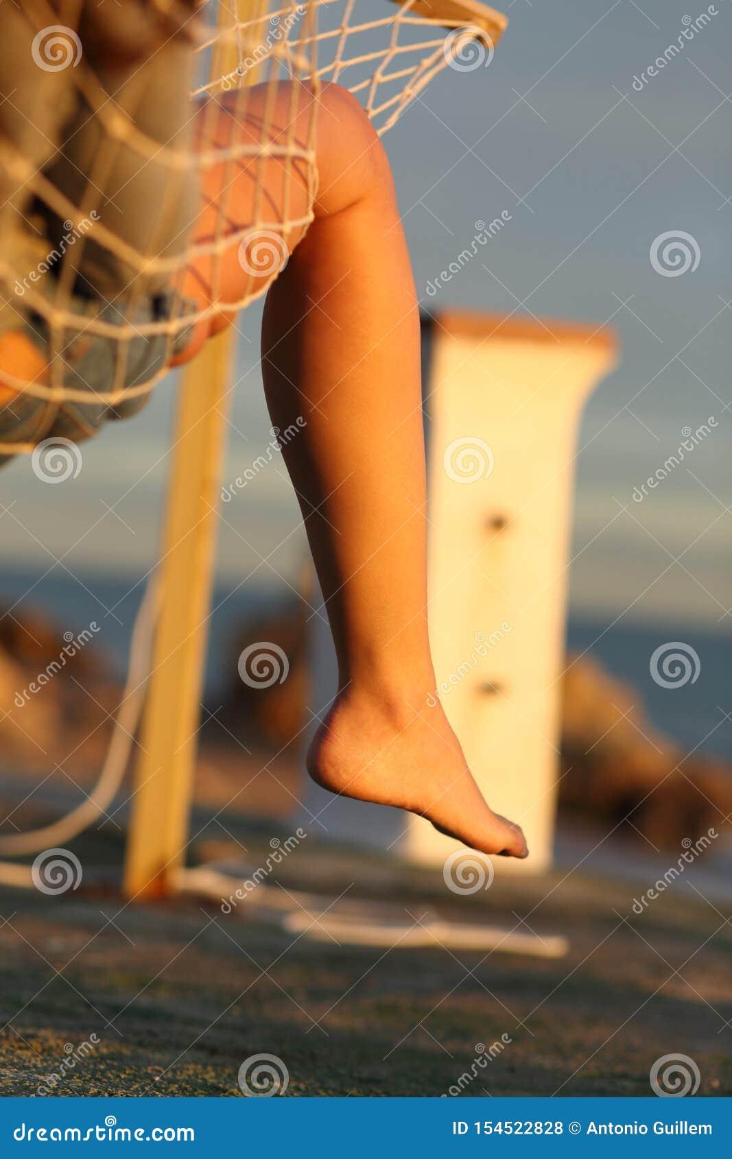Jambe de femme détendant sur l hamac sur la plage