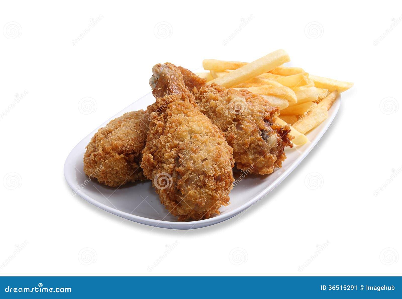 Jambe de poulet frit avec des pommes chips