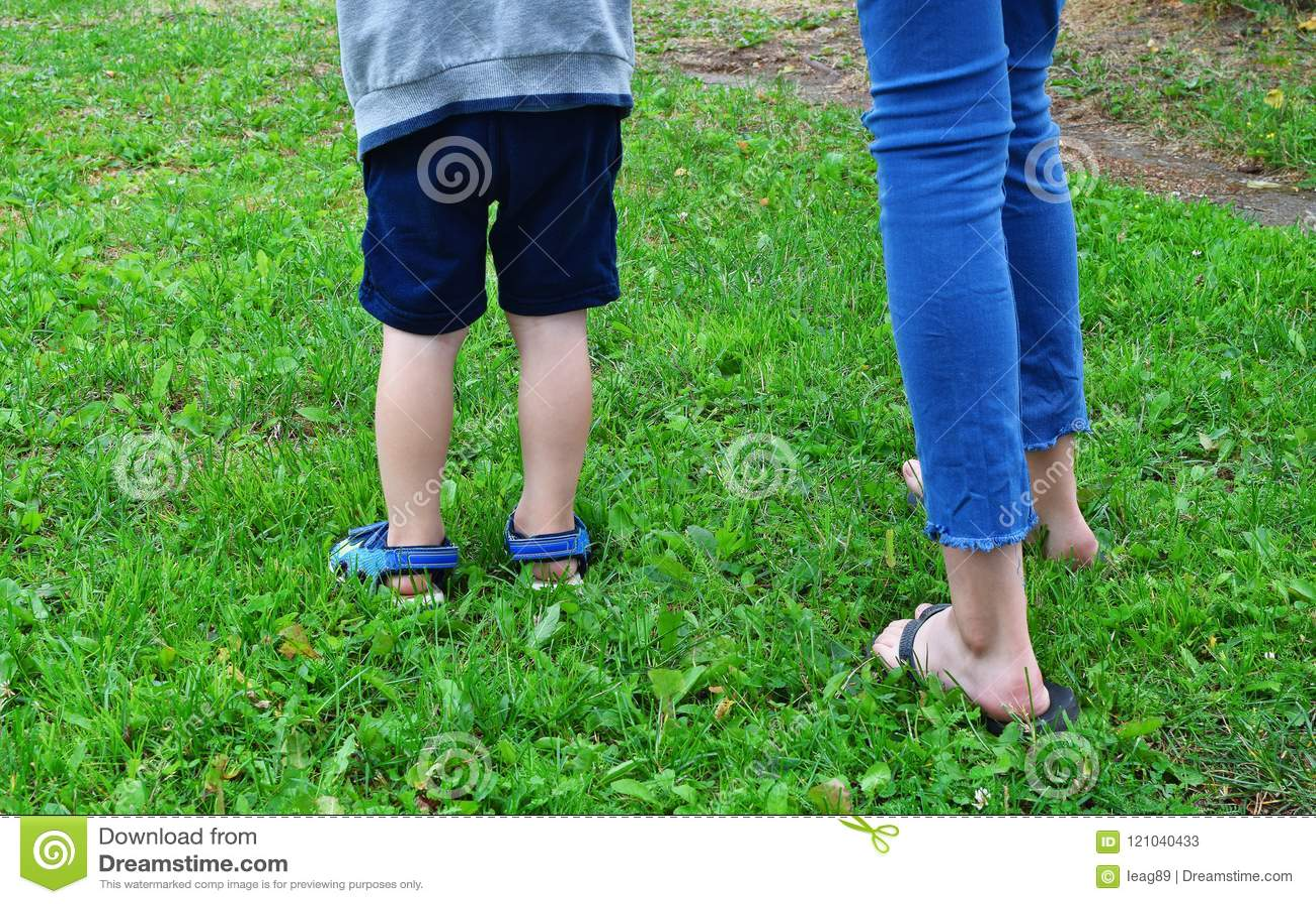 Jambes d enfants dehors dans l herbe