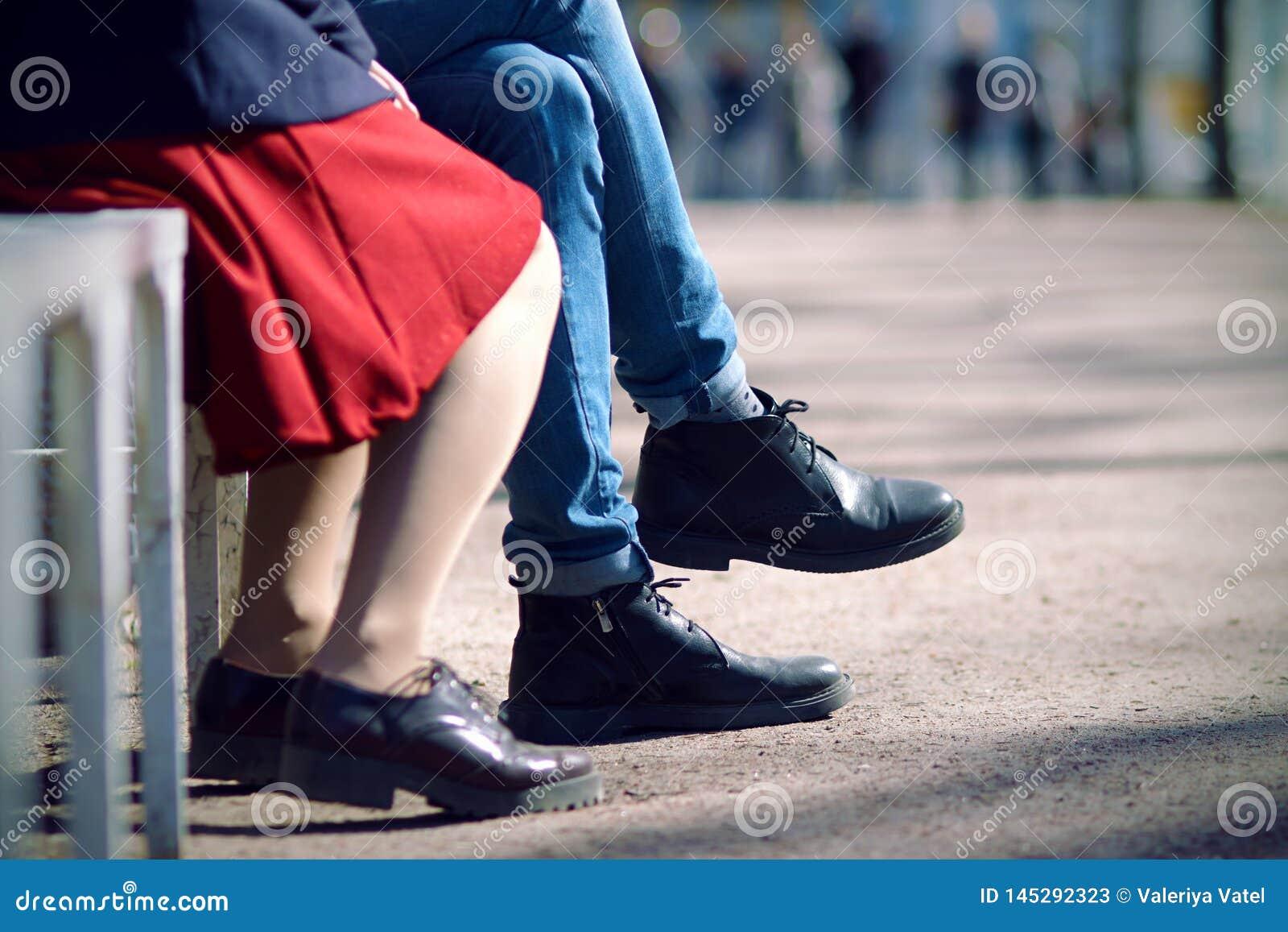 Jambes d un jeune couple se reposant un jour d été sur un banc