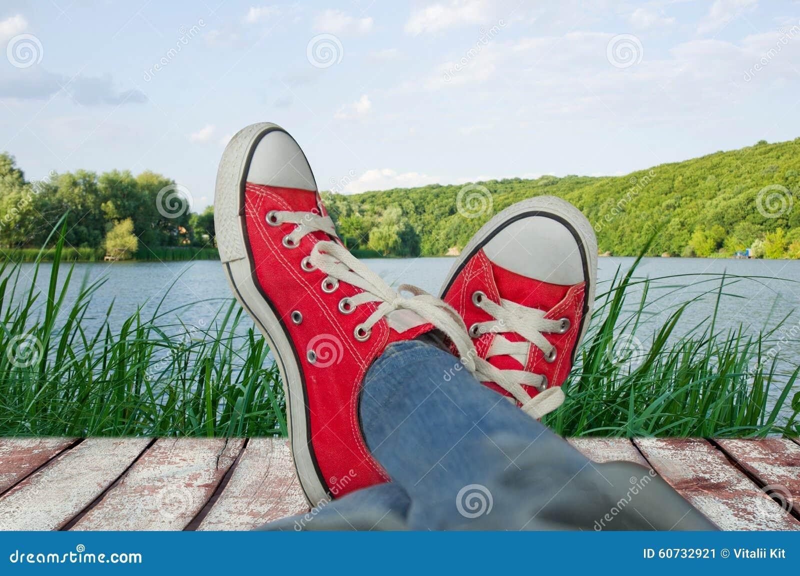 jambes dans des chaussures de sport en vacances avec vue. Black Bedroom Furniture Sets. Home Design Ideas