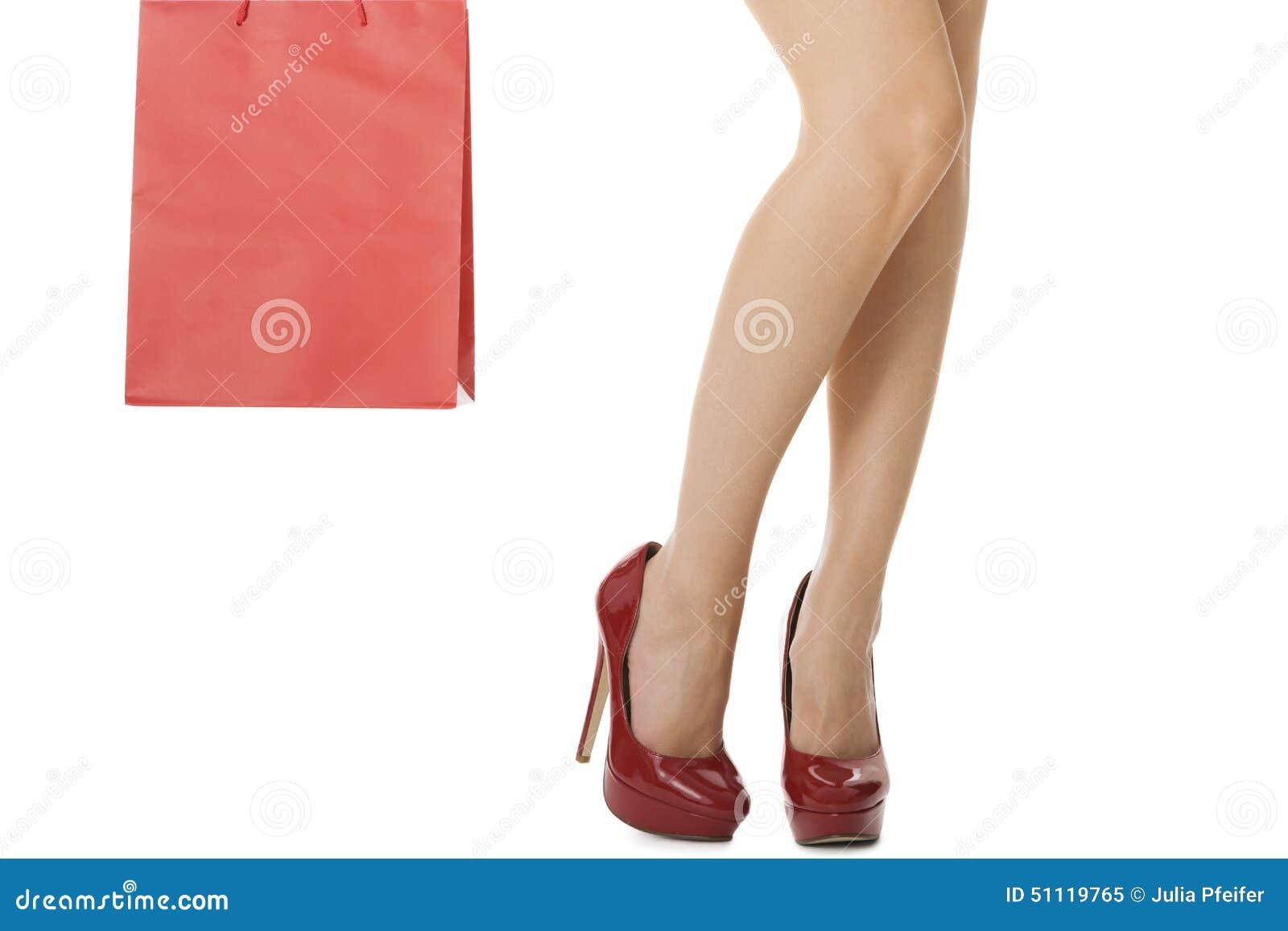 Jambes de femme dans des talons hauts rouges portant le sac rouge image stock image 51119765 - Photo jambe femme ...