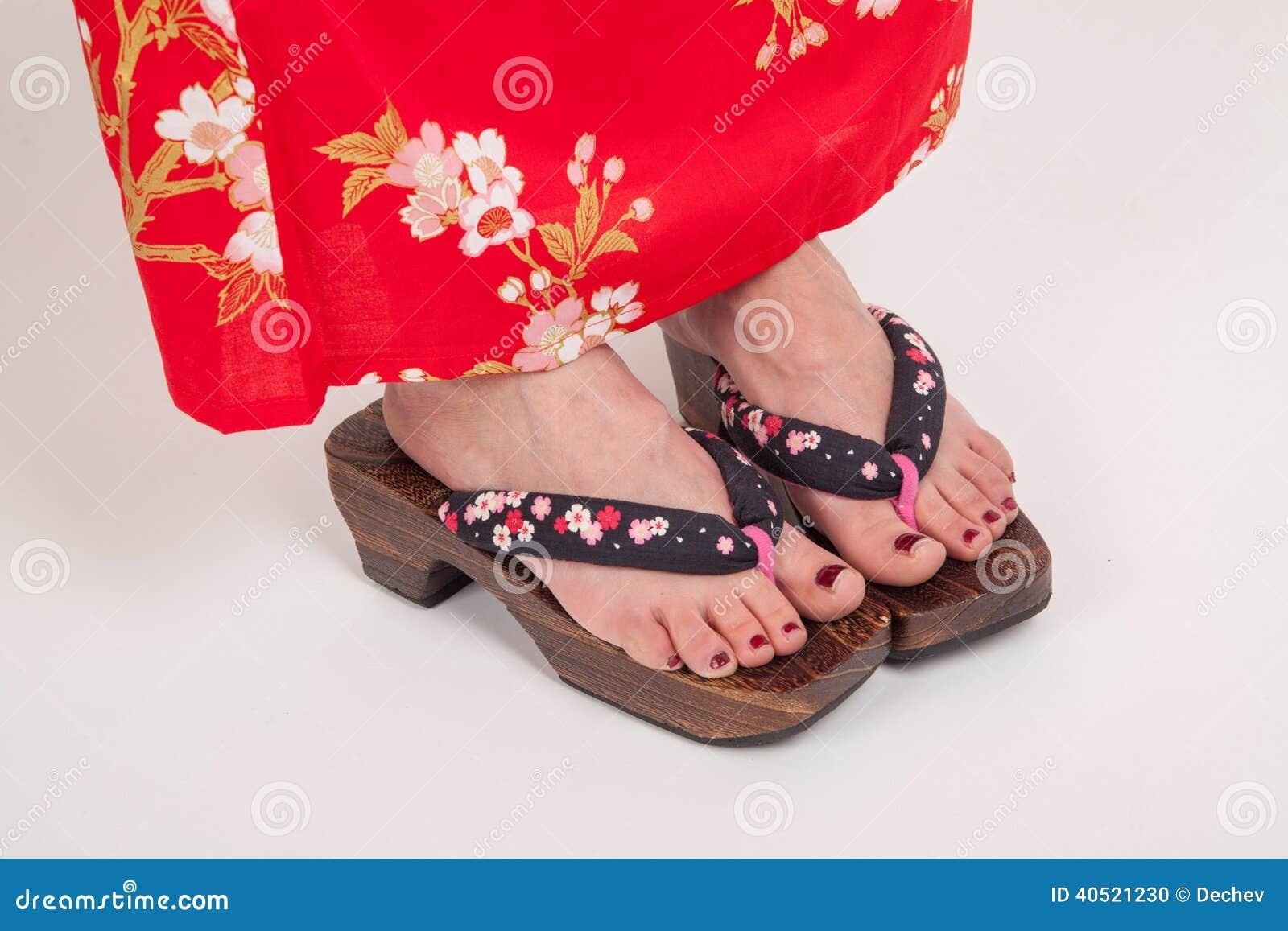 Jambes de femme dans le style japonais de kimono geta chaussures ornementales japonaises de - Kimono femme mode ...