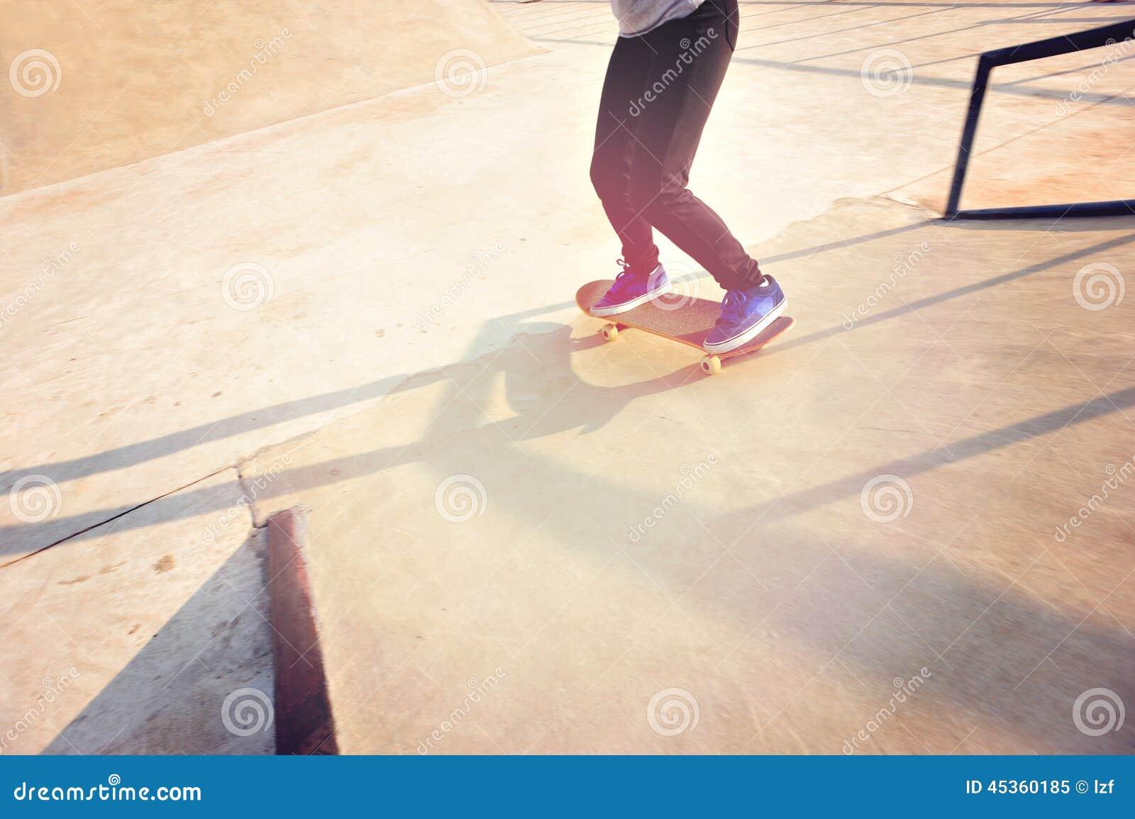 Jambes de femme faisant de la planche à roulettes