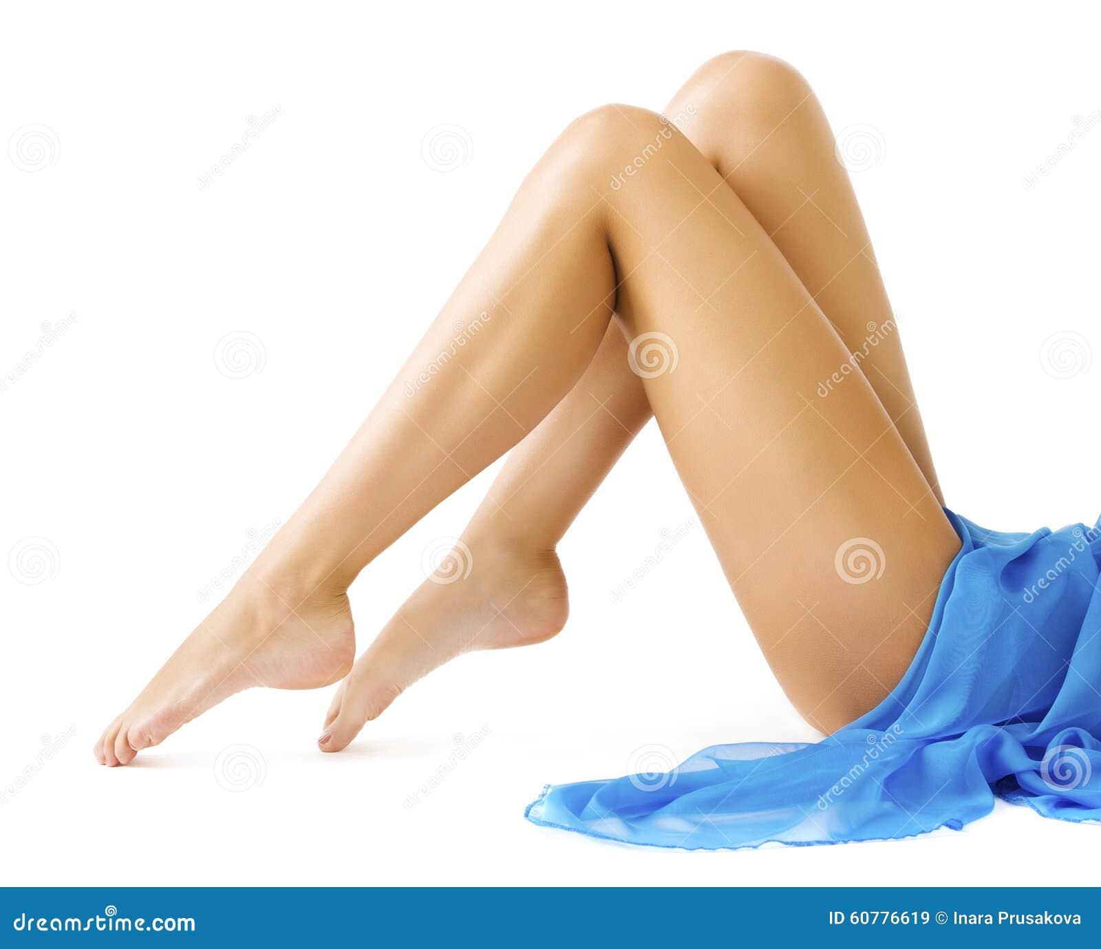Jambes de femme, peau lisse de jambe mince, fille dans la robe bleue sur le blanc
