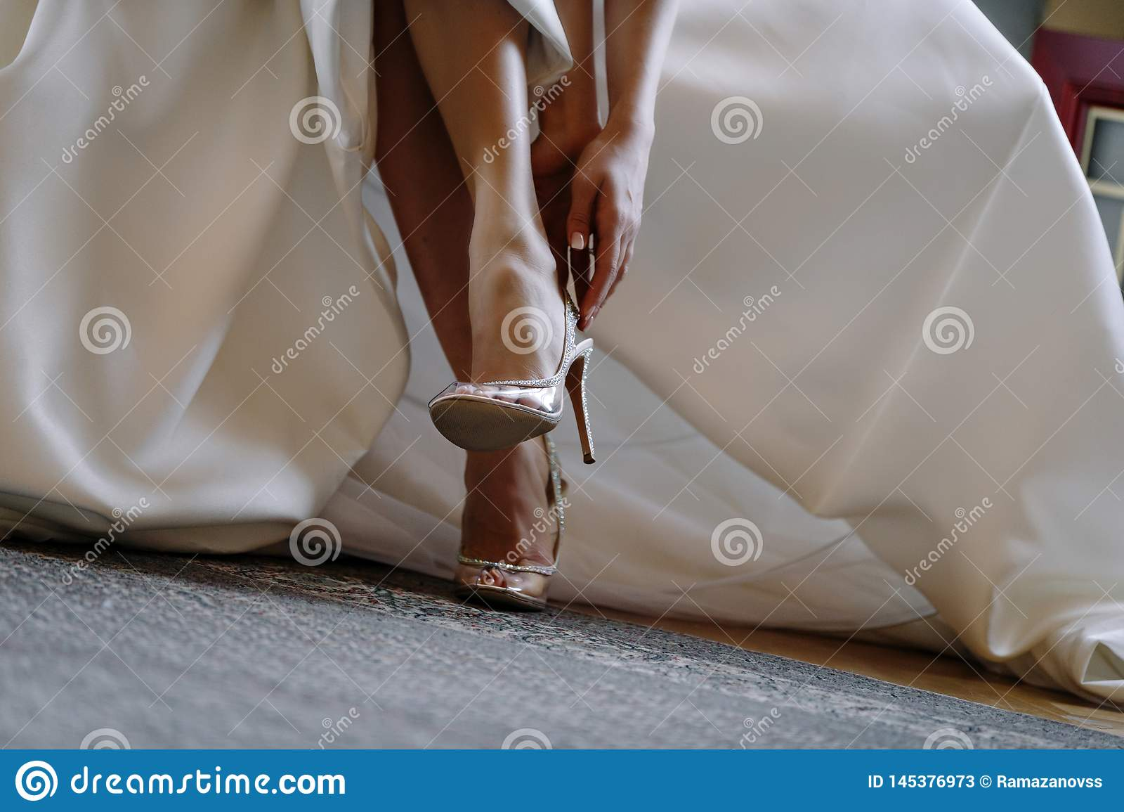 Jambes de la jeune mariée dans des chaussures élégantes