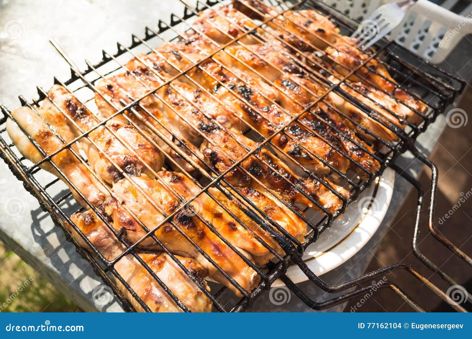 Jambes de poulet grillées dans le gril en métal