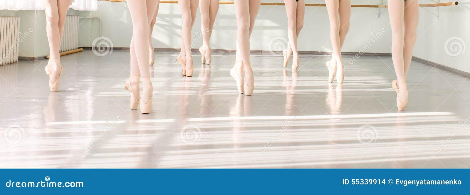 Jambes des ballerines de danseurs dans la danse classique de classe, ballet