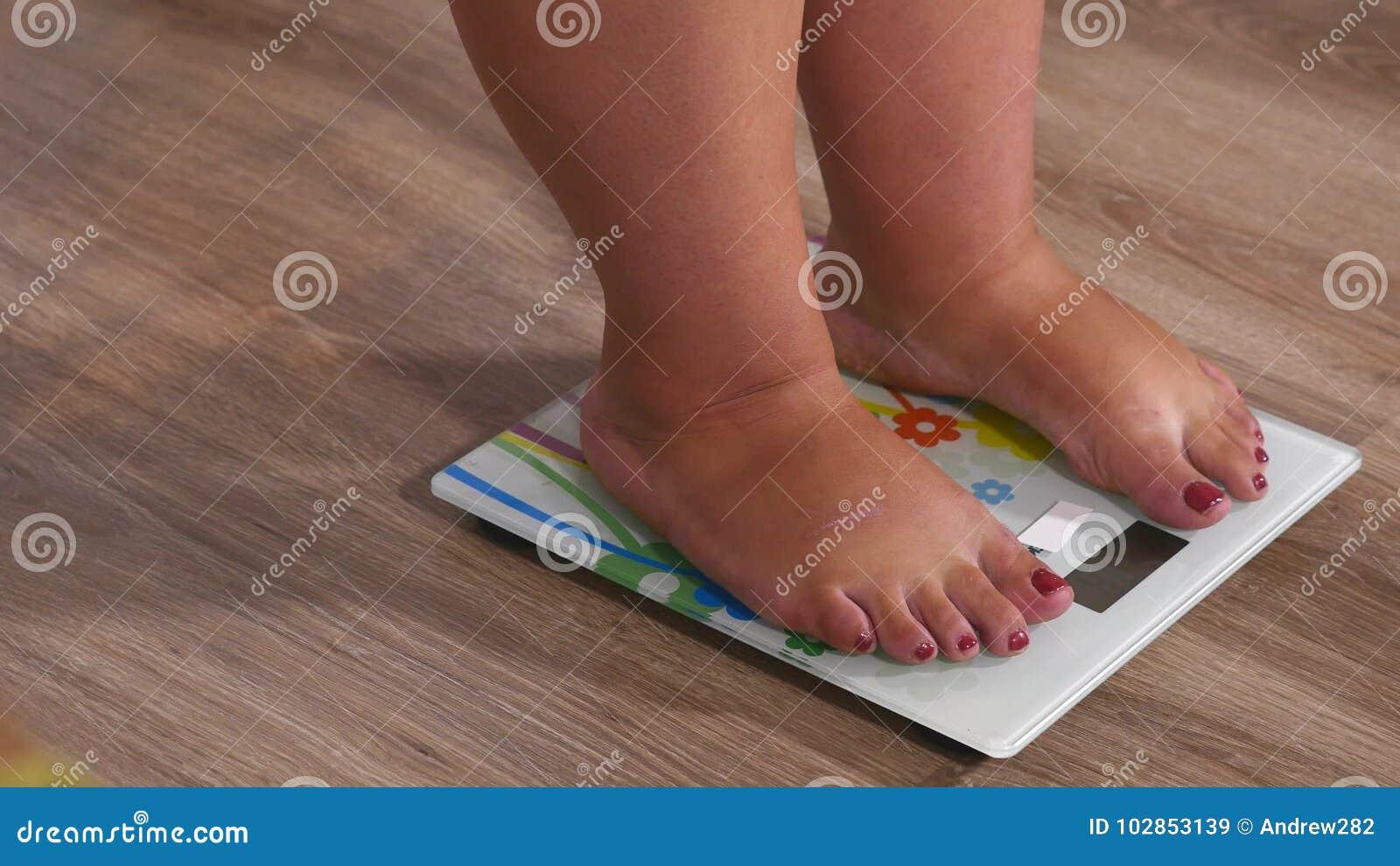 Jambes en gros plan de femme s approchant à peser l instrument numérique et la position sur le skale