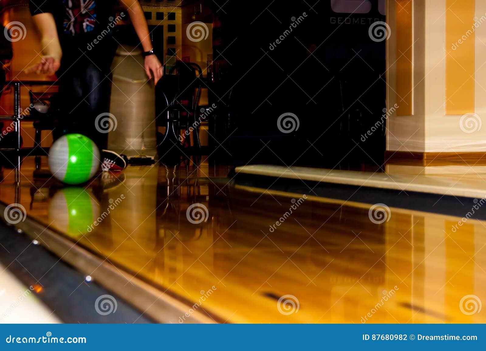 Jambes et boule de bowling masculines