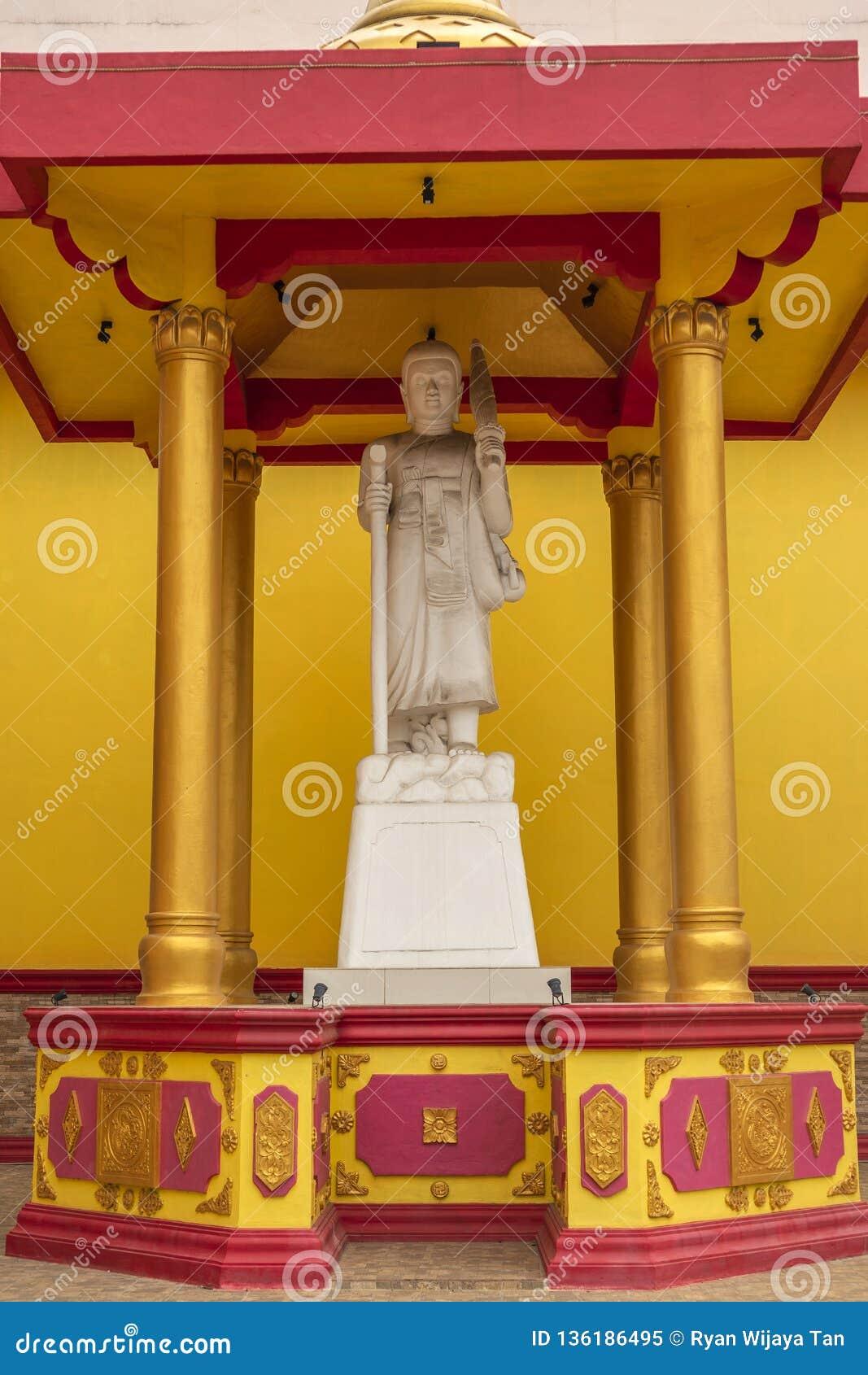 Jambi, Indonesia - 7 ottobre 2018: Una scultura di sollievo che descrive i dei/divinità nel buddismo