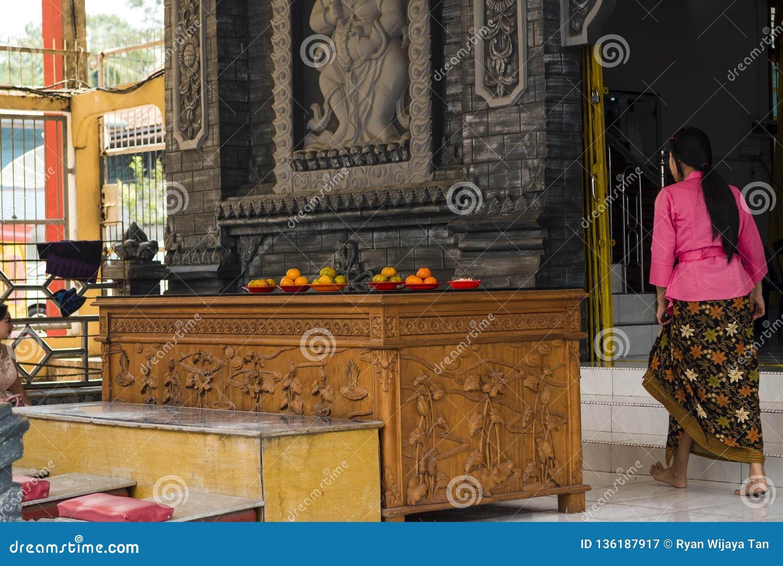 Jambi, Indonesien - 7. Oktober 2018: Eine Frau, die das Vihara für das Beten betritt