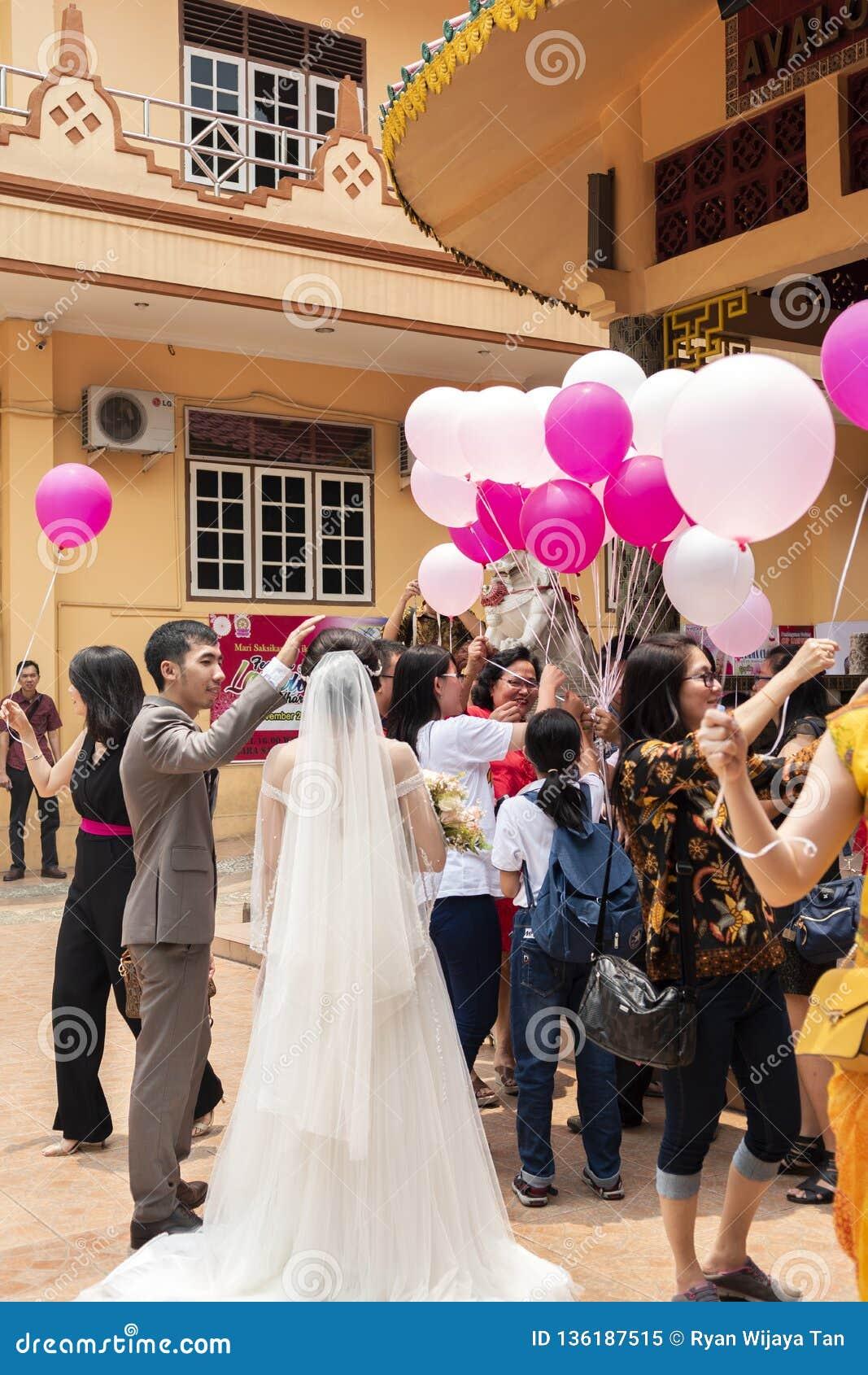 Jambi Indonesien - Oktober 7, 2018: Luftballonger släpptes under en beröm i en kinesisk beröm