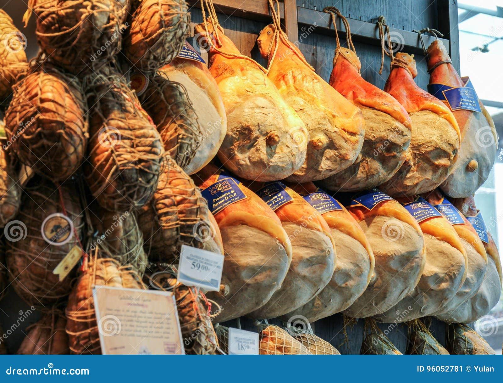 Jambons de Parme vendus dans les boutiques