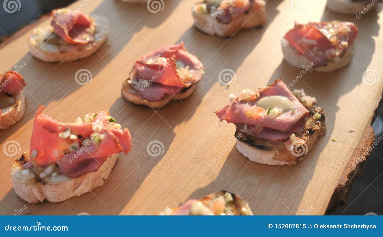 Jamon sabroso delicioso del jamón, crudo del prosciutto, aperitivos italianos del hamon, o bruschetta, en rebanadas de baguette t
