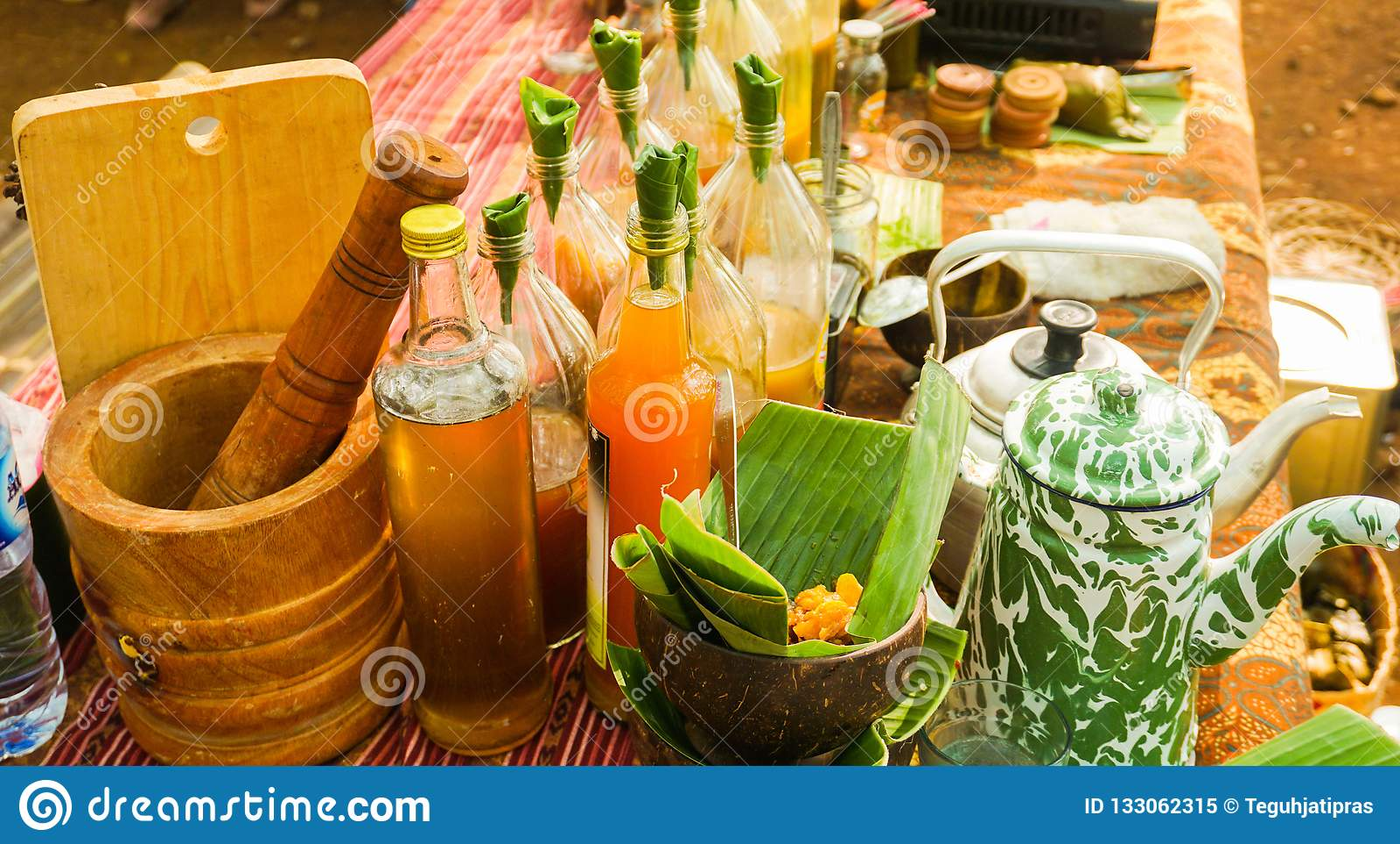 Jamu lub tradycyjny zdrowy napój robić od pikantności w butelce