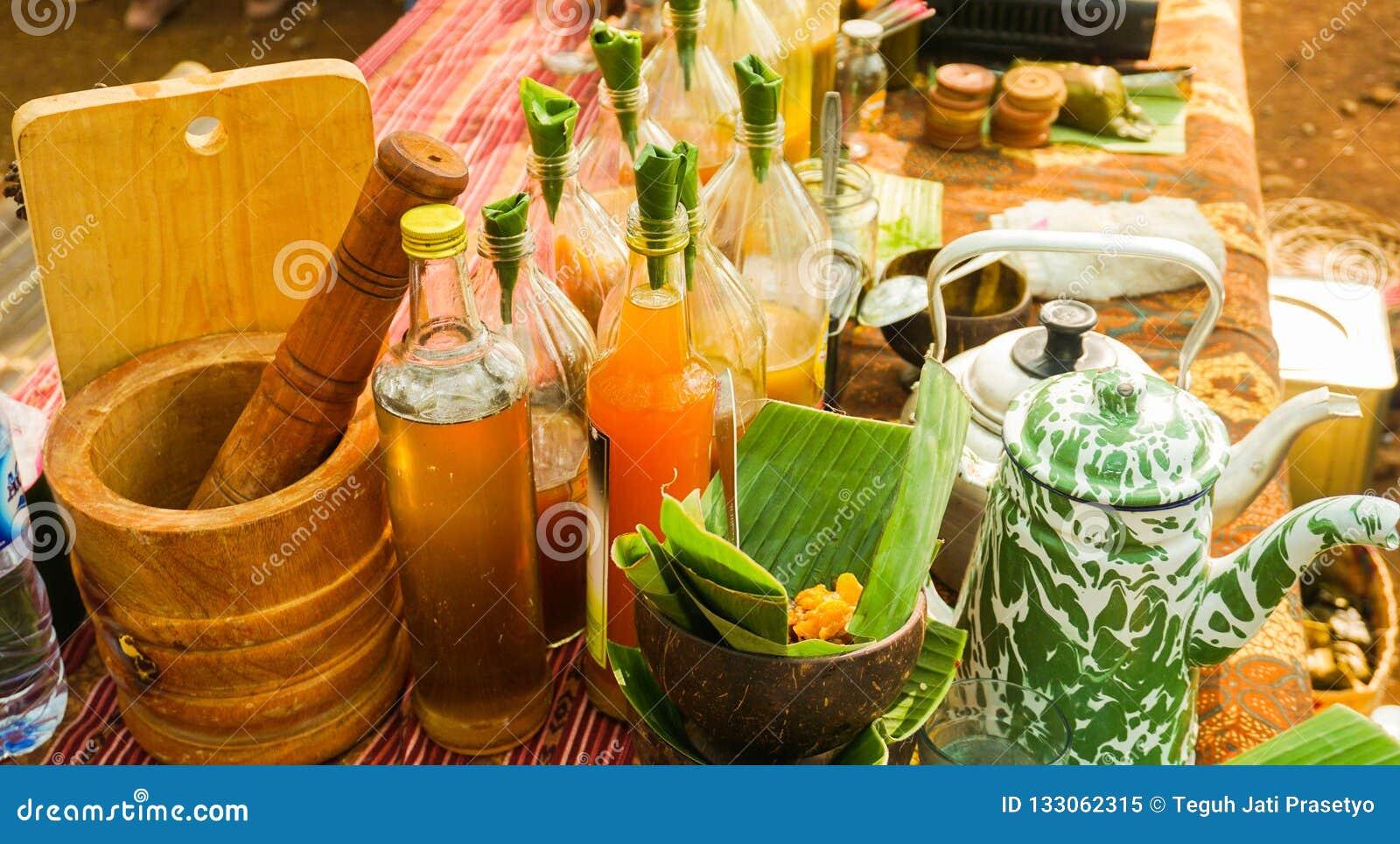 Jamu oder traditionelles gesundes Getränk gemacht vom Gewürz in der Flasche
