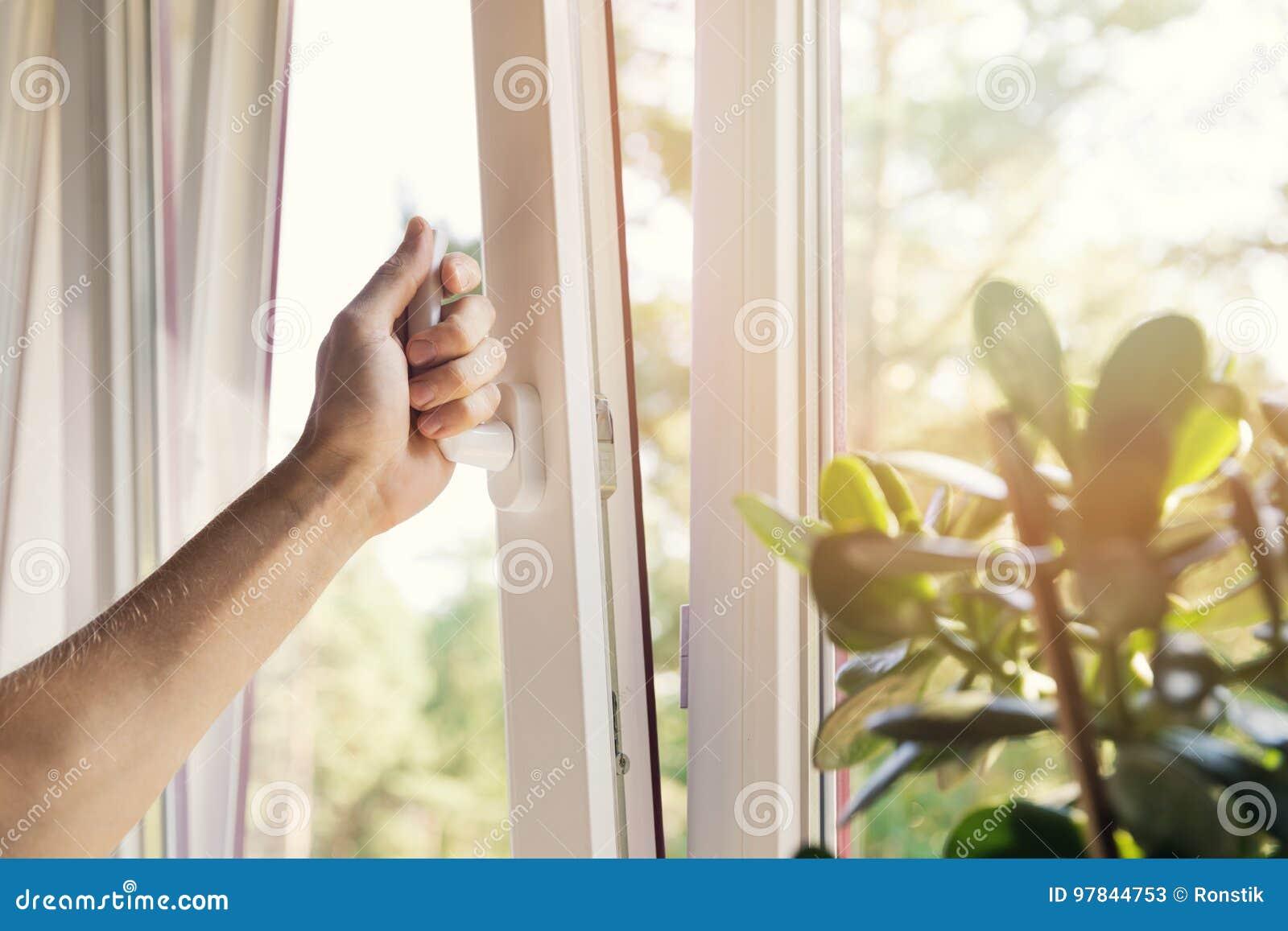 Janela aberta do pvc do plástico da mão em casa