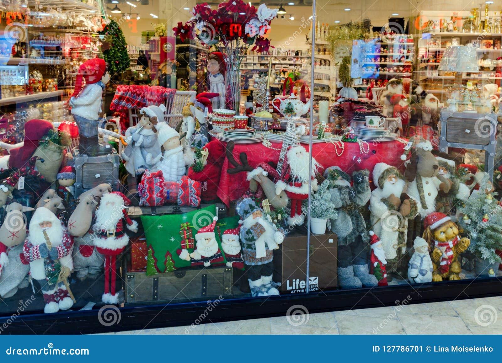 Janela com artigos do ano novo, decoração da loja, brinquedos - Santa Claus, ursos, peluche, cervo