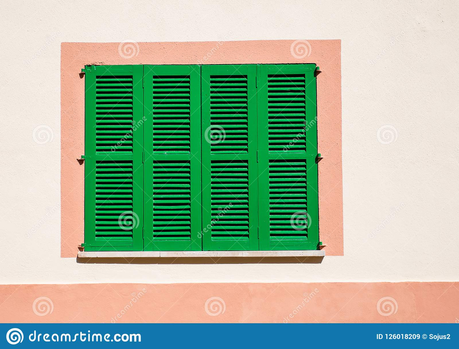 Janela com cortinas de madeira