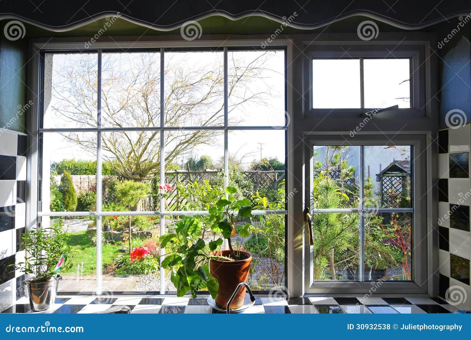 Lowes Kitchen Design Janela Da Cozinha Com A Vista No Jardim Foto De Stock