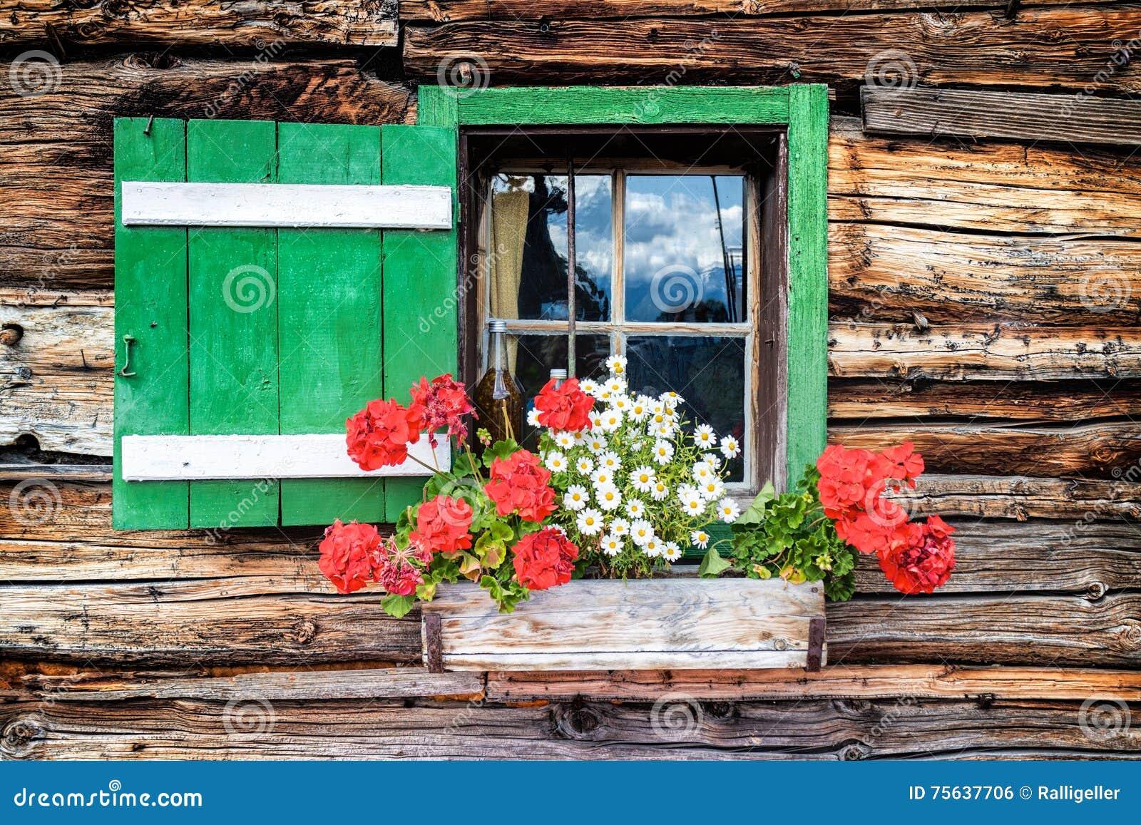 Janela de uma cabine de madeira velha