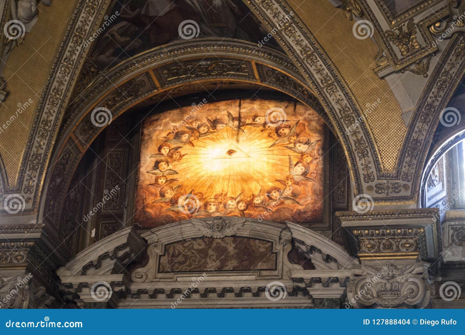 Janela de vitral de uma catedral italiana com o olho que vê tudo ou o olho de Horus
