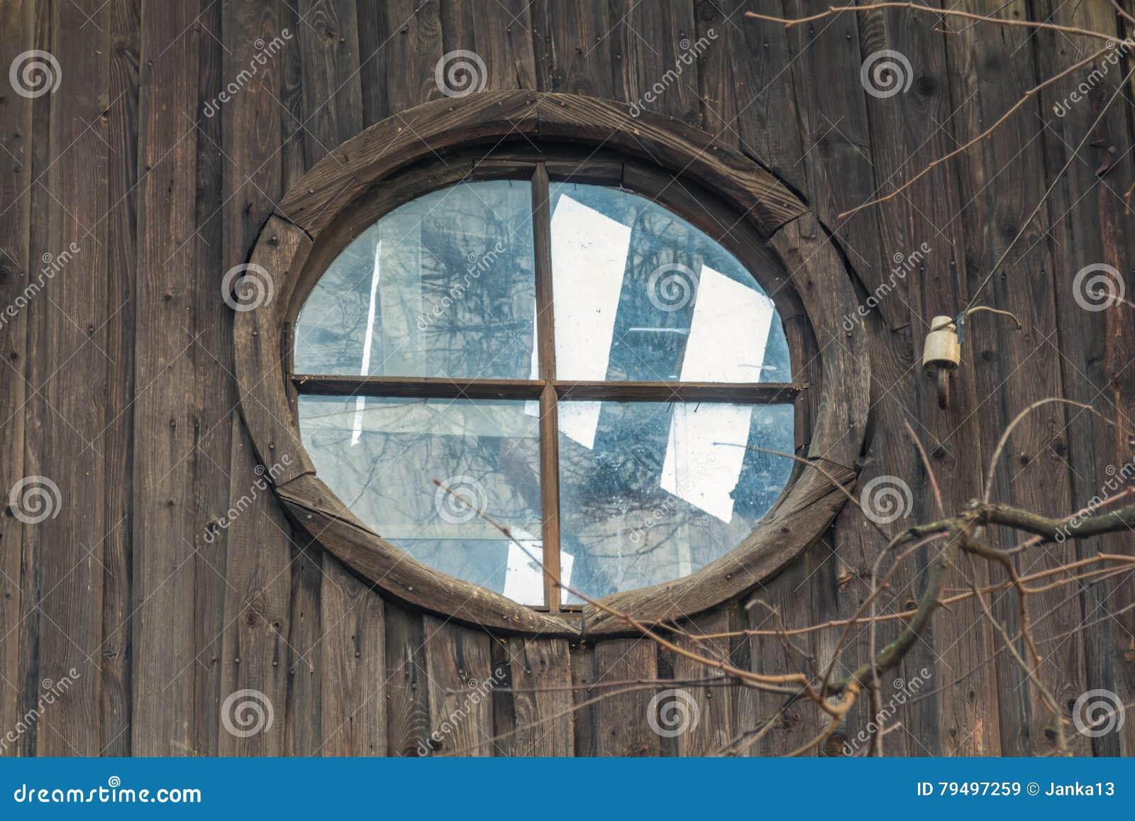 Janela do sótão em uma casa abandonada