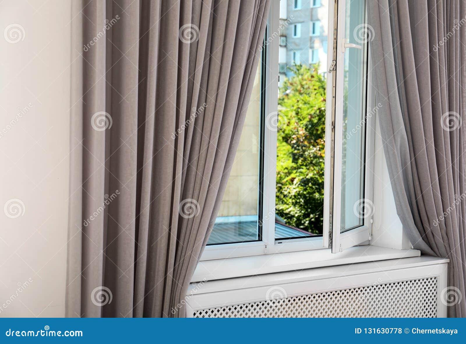 Janela moderna com as cortinas na sala Interior Home