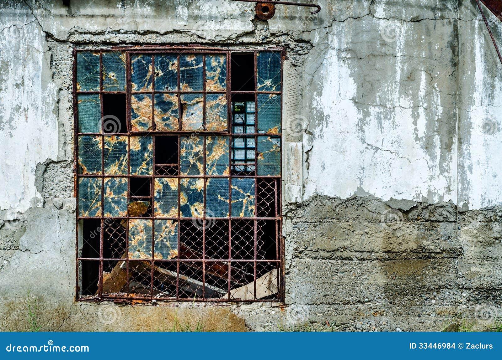Janela quebrada velha foto de stock. Imagem de construído - 33446984