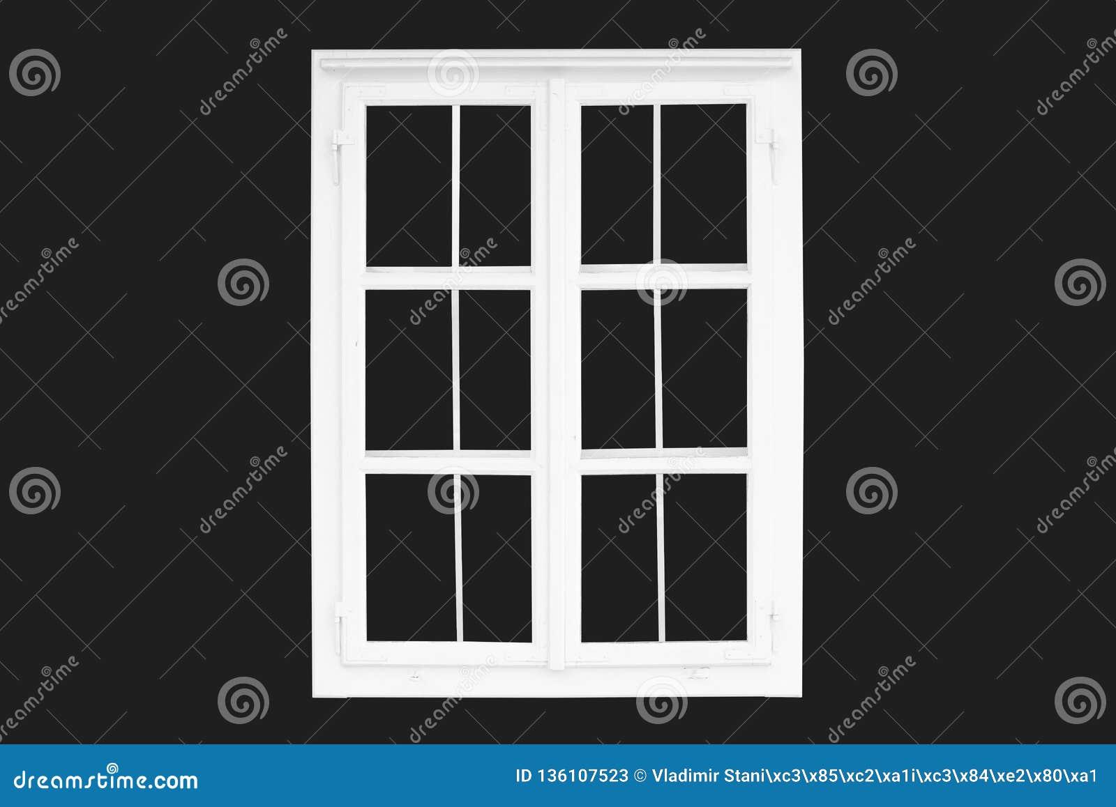 Janela tradicional branca velha isolada no preto outdoor