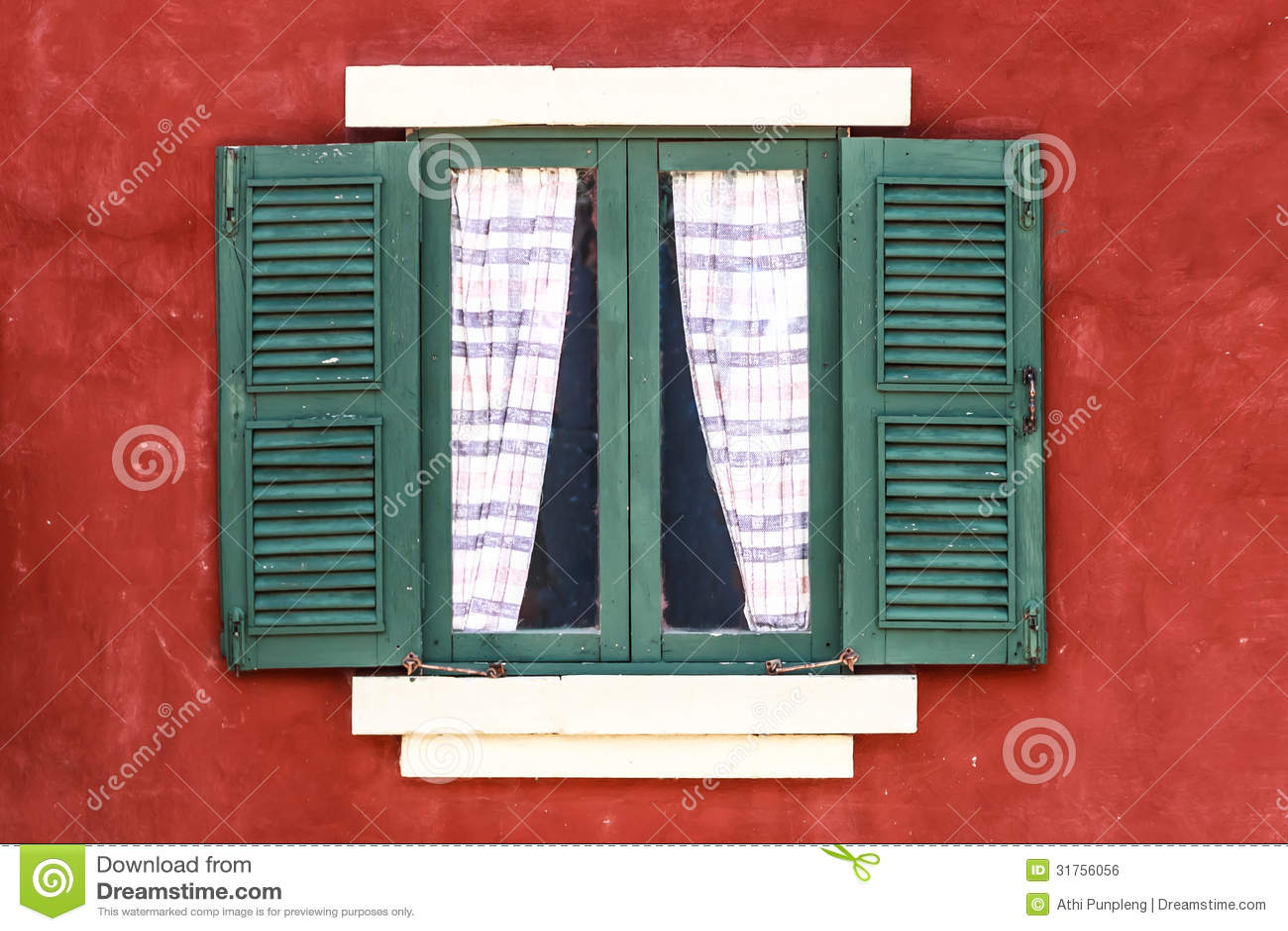 janela verde velha com cortina na parede vermelha 31756056.jpg #9C2E23 1300x956 Banheiro Com Cortina Na Janela