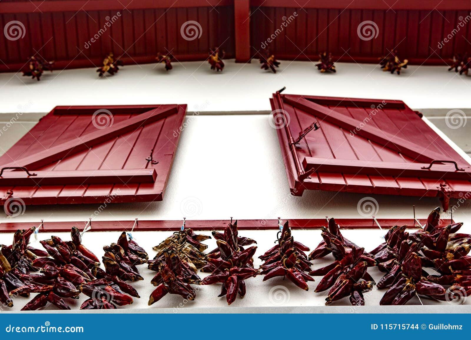 Janela vermelha e pimentão vermelho - Espelette