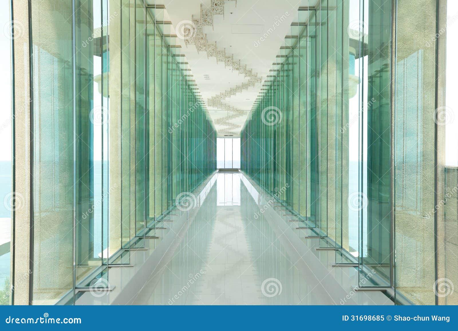 #82A229 As janelas de vidro e o corredor morden dentro o salão do prédio de  130 Janelas De Vidro Fotos