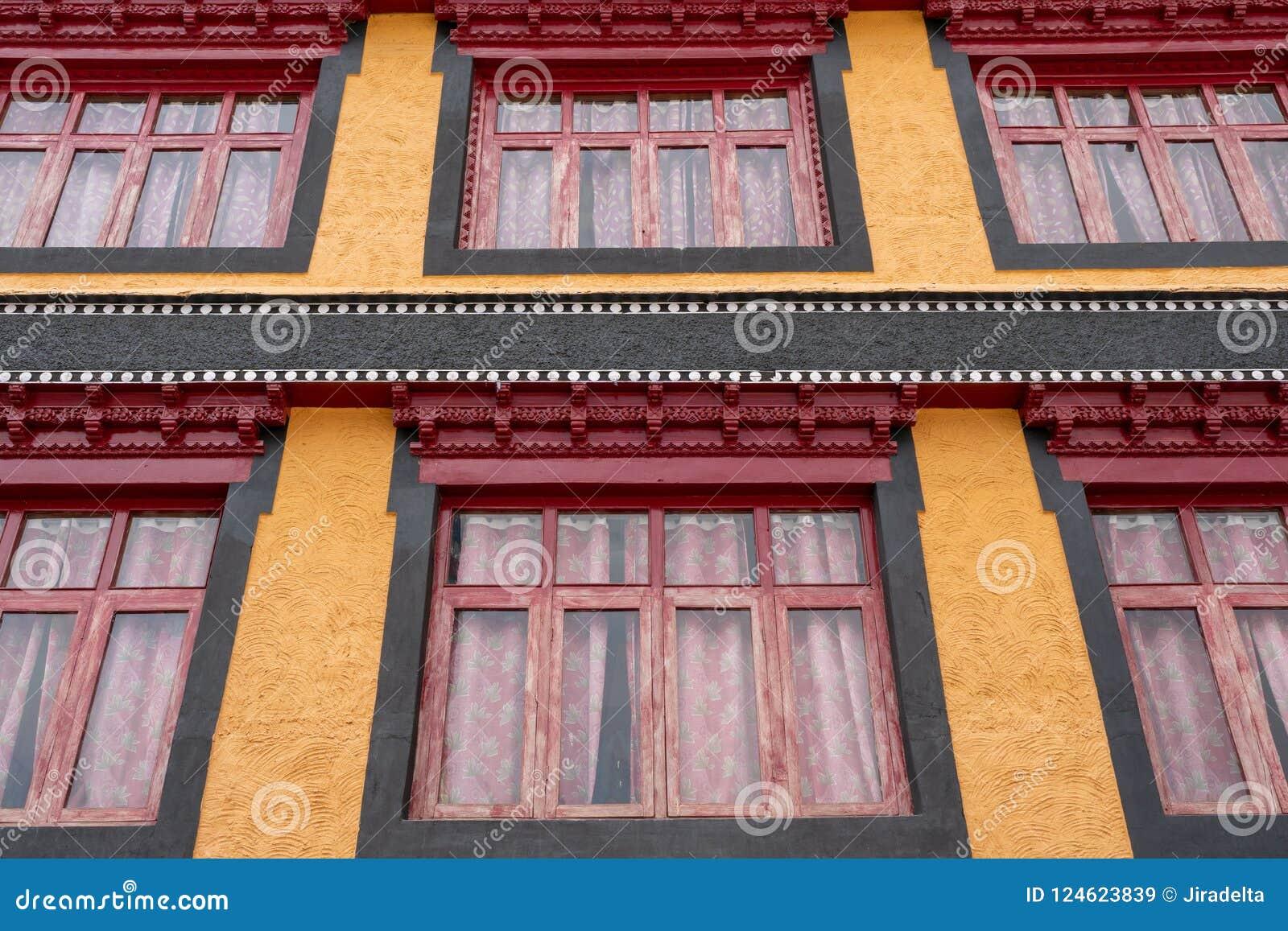 Janelas velhas da construção do budismo de Tibet do monastério de Thiksey de Leh Ladakh