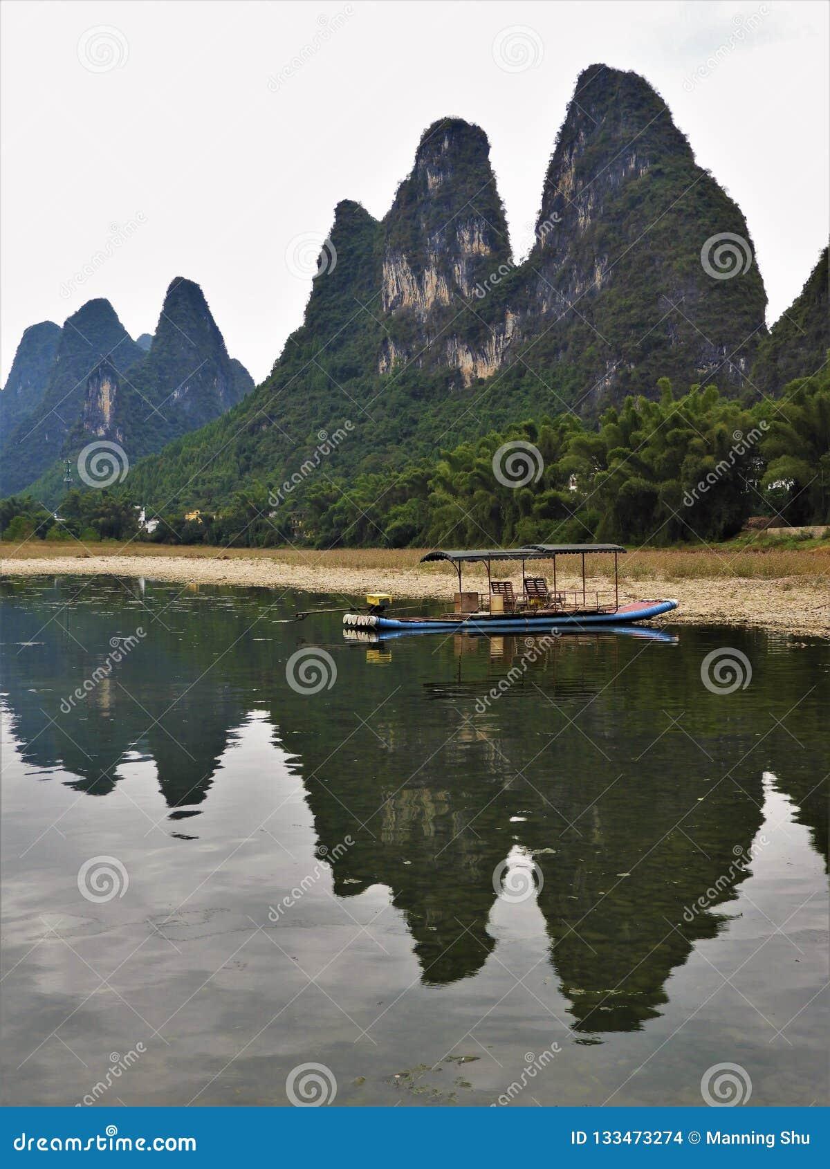 Jangada de bambu na base das montanhas em Guilin China