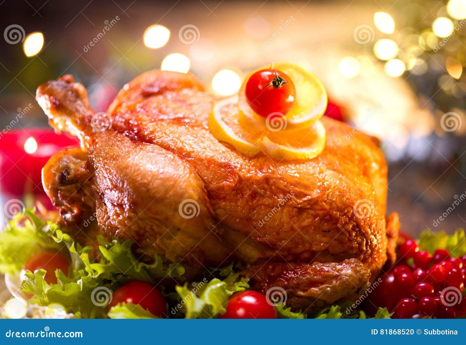 Jantar da família do feriado do Natal Tabela decorada com peru roasted