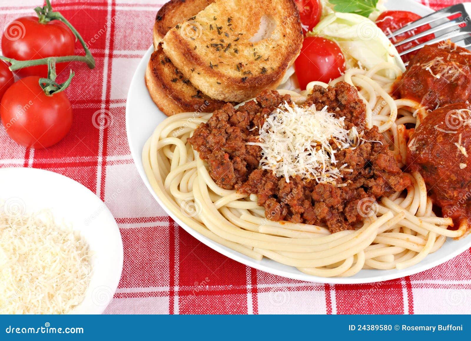 Jantar do espaguete com meatballs, molho e salada.