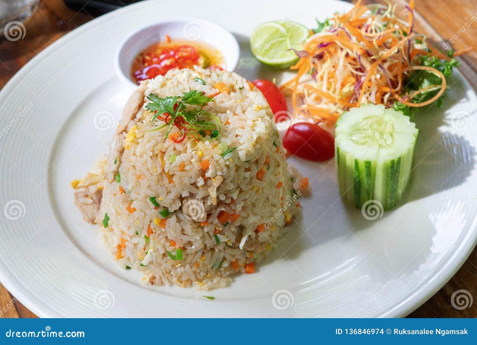 Jantar, ovo e vegetal do marisco do arroz fritado