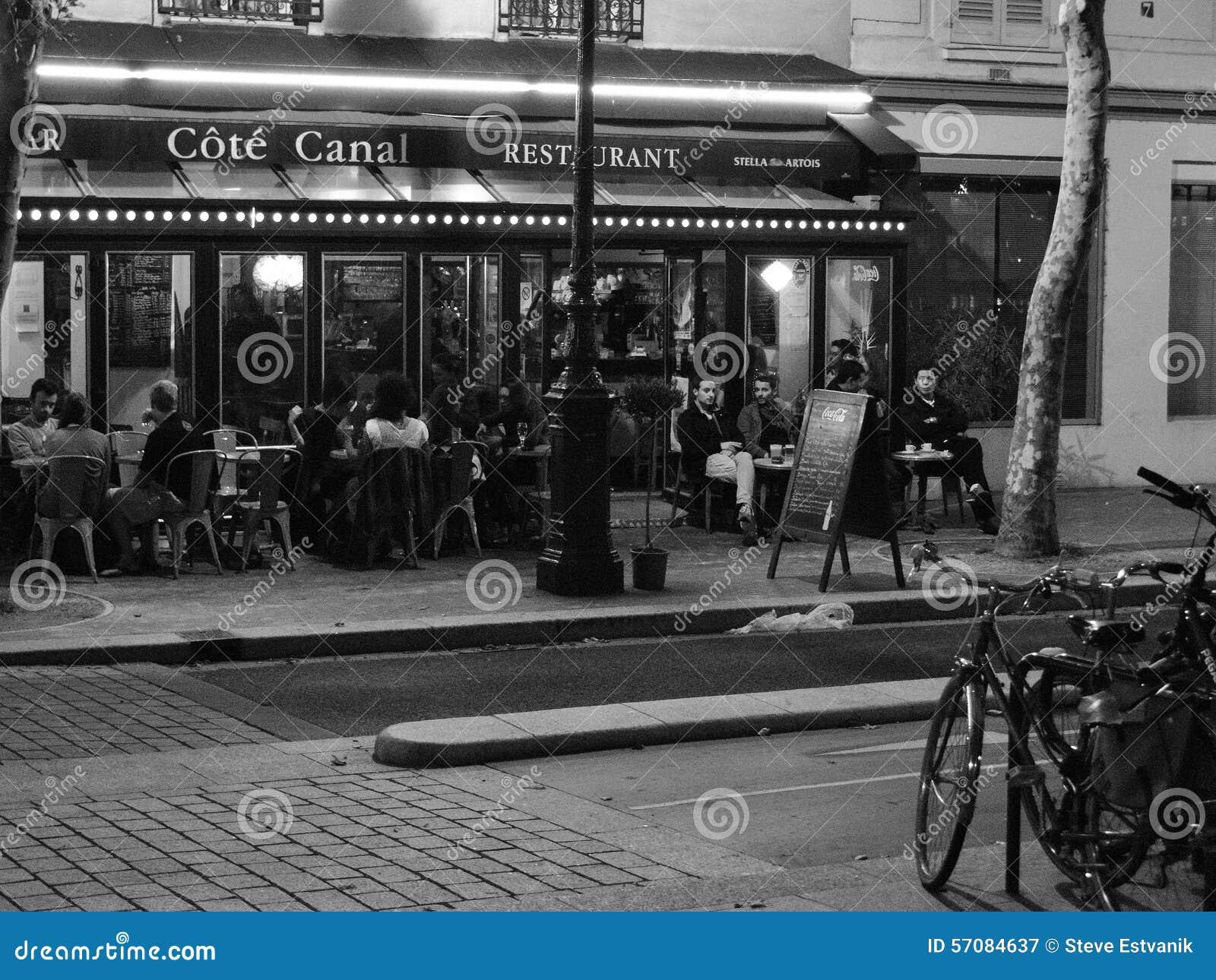 Jantares em um restaurante exterior