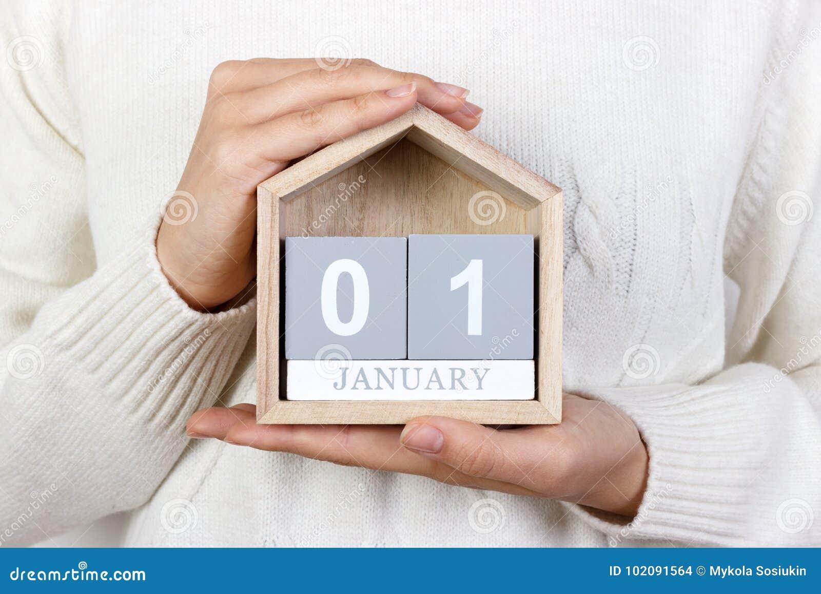 1. Januar im Kalender das Mädchen hält einen hölzernen Kalender Neues Jahr WELTtag DES FRIEDENS Fest von Mary