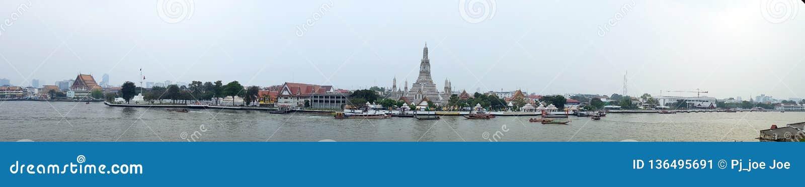 2 Januari 2019 BANGKOK THAILAND: Panoramamening van Wat Arun Temple bij zonsondergang in Bangkok Thailand Wat Arun is binnen een