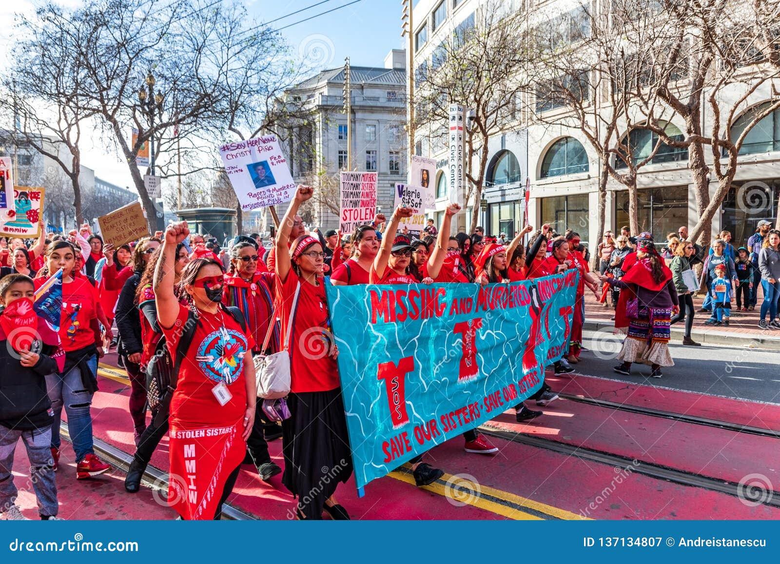19 januari, 2019 San Francisco/CA/de V.S. - de Leden van een Inheemse groep nemen in Maart van de Vrouwen deel