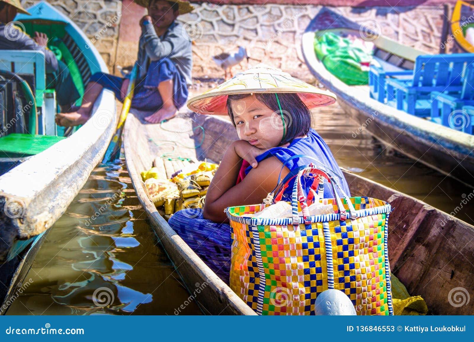 21 JANVIER 2016, LAC MYANMAR D INLE : Fille birmanne sur le bateau dans le lac d inle